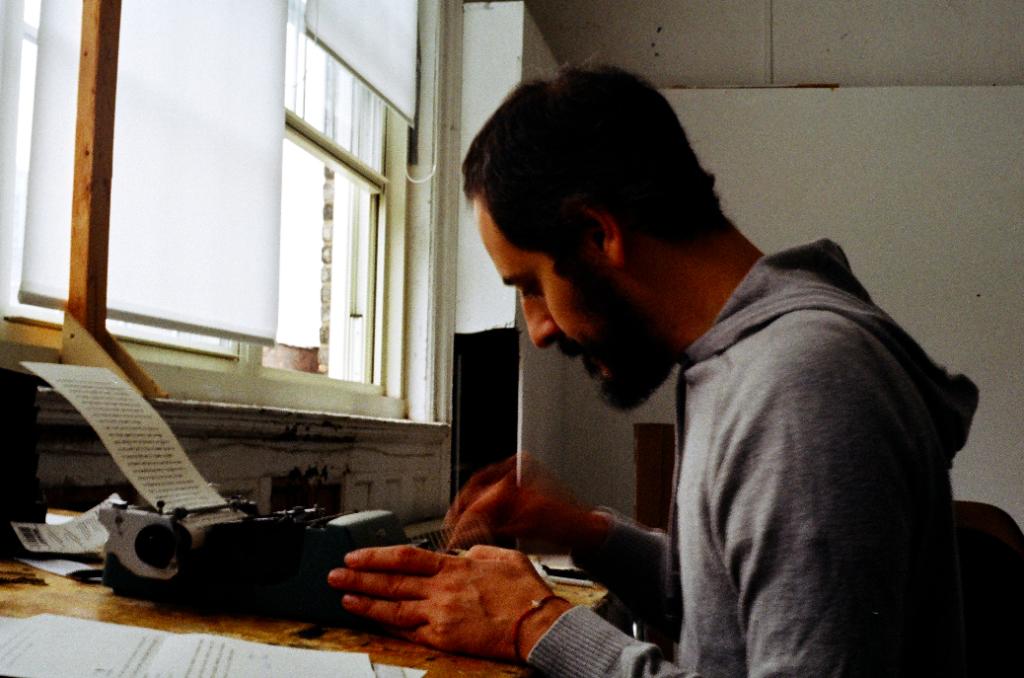 Gian Maria Tosatti al lavoro nello studio di New York, 2017 - foto scattata da Lucrezia Longobardi