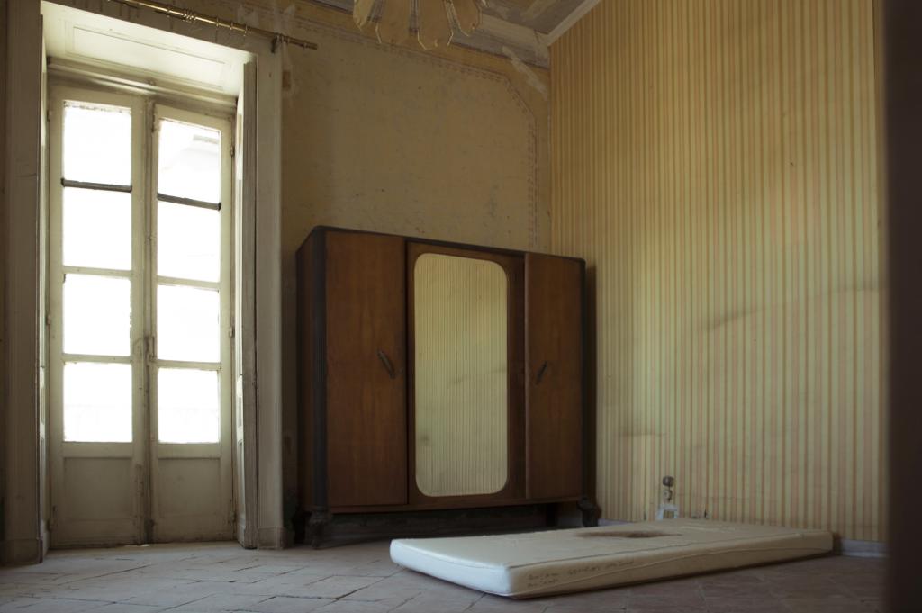 Lucrezia Longobardi (a cura di), Lo spazio esistenziale. Definizione #1, Fondazione Morra 2017, installation view (nell'immagine: Gregor Schneider,Einsam - Einsam, 2000).Ph: Elio Di Pace