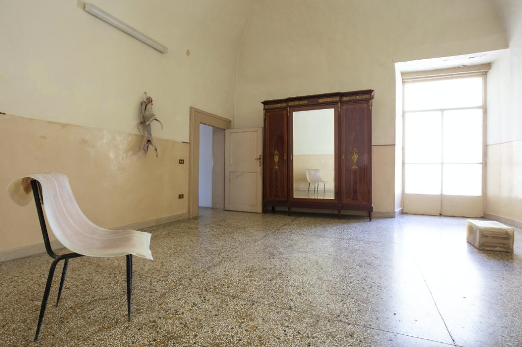 Lucrezia Longobardi (a cura di), Lo spazio esistenziale. Definizione #2, Casa Morra - Napoli 2019, installation view (nell'immagine: Liz Magor, Casual, 2012 - Berlinde de Bruyckere, Rodt, 6 januari VI, 2012 - Liz Magor, Allthe names II, 2014). Ph: Amedeo Benestante